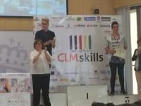 En el podium, recibiendo su premio, Jorge a la izquierda.
